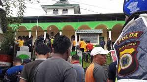 Polisi dan Warga Kristen Kepung Masjid di Ambon, Tak Disangka..Ternyata Mau Lakukan Ini