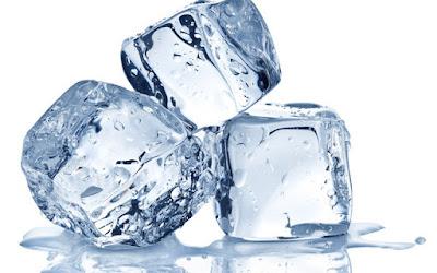 Cara Menghilangkan Flek Hitam Bekas Jerawat dengan es batu