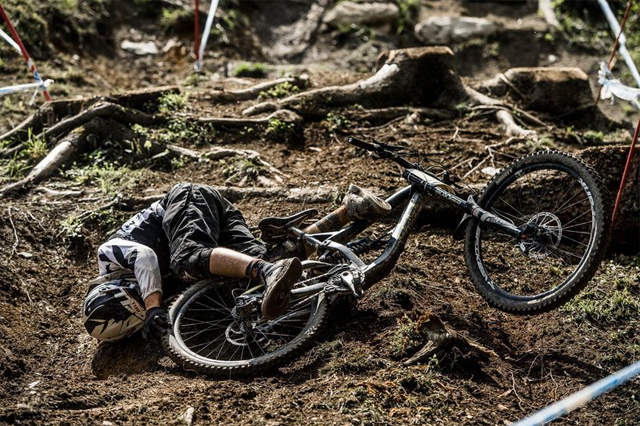2016 Leogang UCI World Cup Downhill: Practice - Riders Crash