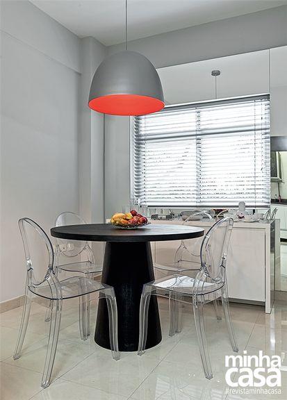 mesa-design -e-cadeiras-transparentes