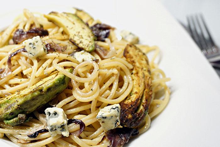 Spaghetti mit gebratener Avocado, Schimmelkäse und Radicchio