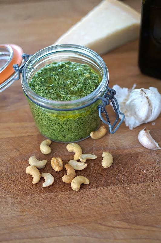 Rucola-Cashew Pesto: In ein hübsches Glas gefüllt, ein schönes Gastgeschenk.