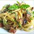 spaghetti alla carbonara met basilicum en champignons