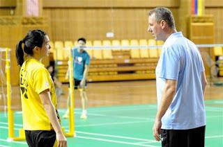 Gambar Mortern Frost Hansen memarahi seorang pemain badminton Malaysia