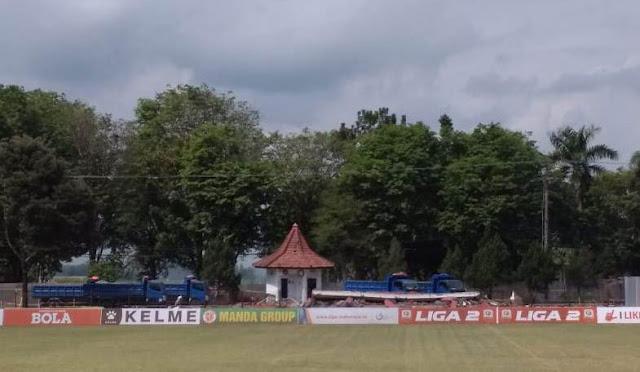 Pembangunan tribun stadion di sisi timur