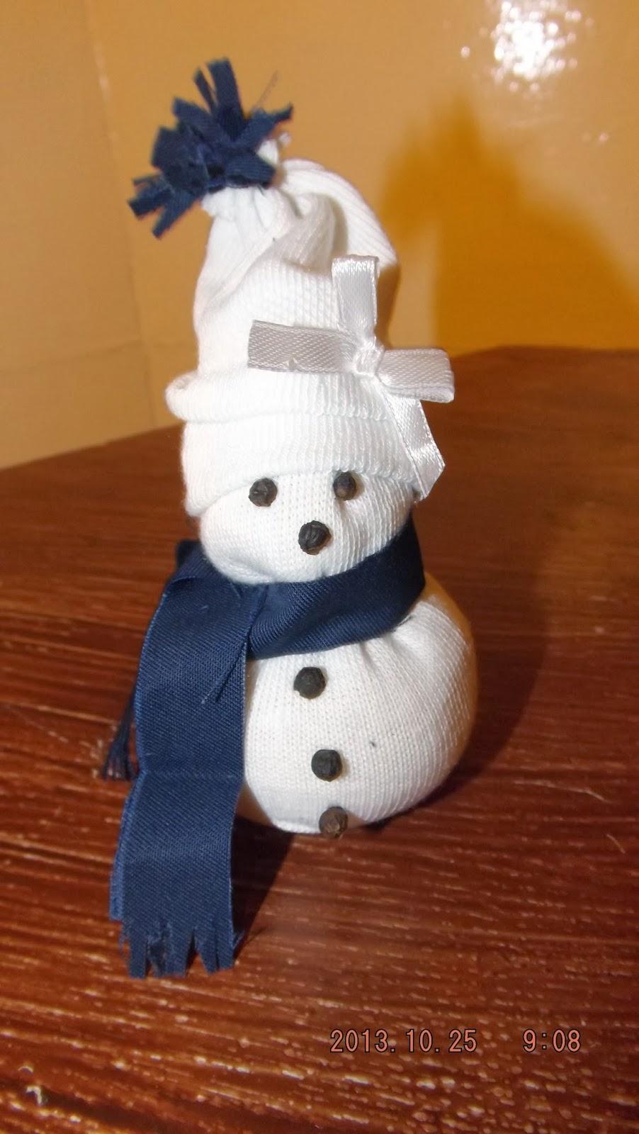 A zokni hóember sállal a nyakában