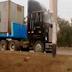 Camiones se estacionan en frontis de colegio especial en Comas