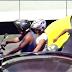 [VÍDEO]Criminoso rouba cordão de motoqueiro no meio do trânsito no Rio de Janeiro