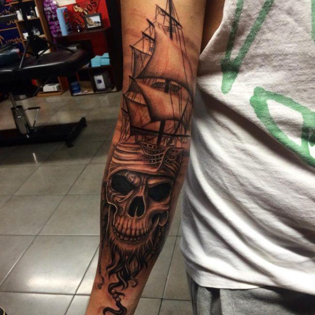 tatuajes de barco pirata en el brazo