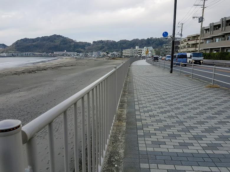 走在海灘旁的道路上