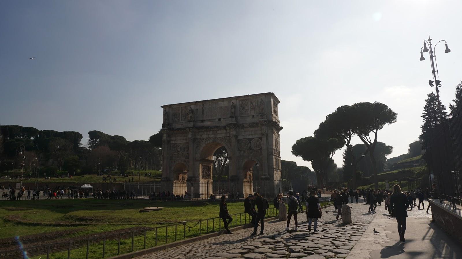 Łuk Konstantyna Wielkiego, atrakcje Rzymu, Rzym, co zwiedzić w Rzymie, podróż poślubna w Rzymie, gdzie w podróż poślubną