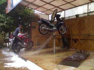 Keuntungan dan Kekurangan Stand Cuci Motor Hidrolik