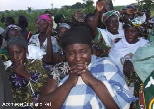 Mujeres nigerianas lloran por el asesinato de cristianos