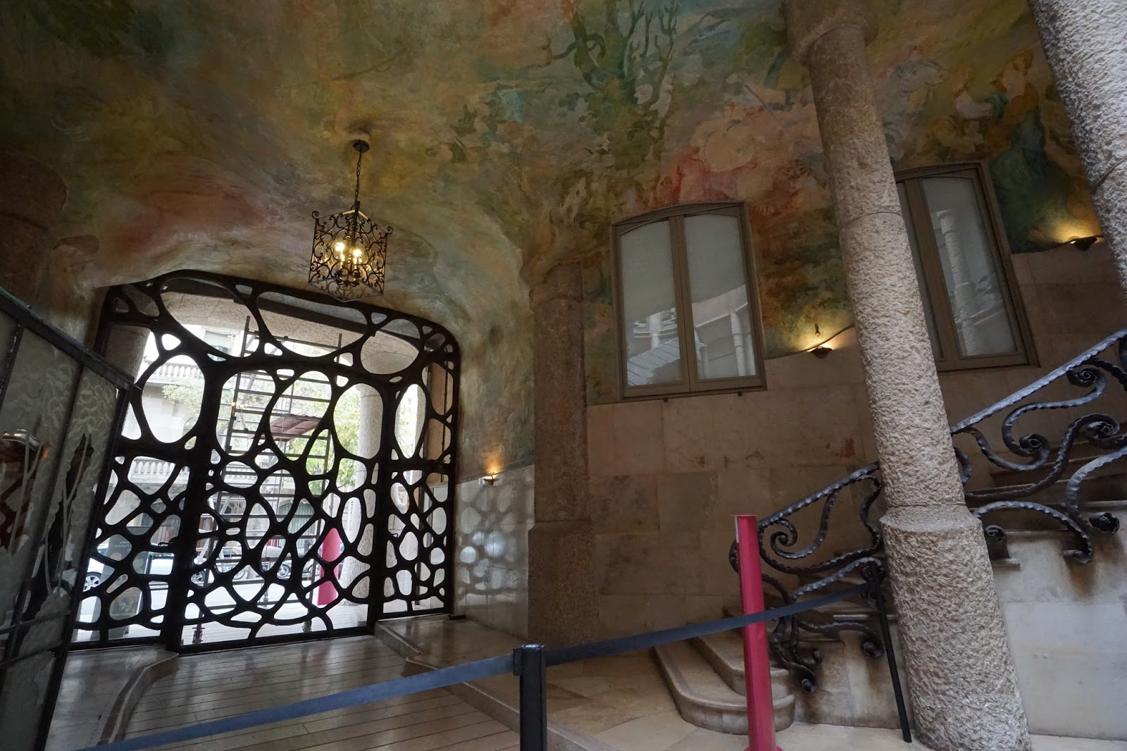 カサ・ミラ(Casa Milà) 中庭から見た玄関側と階段部分