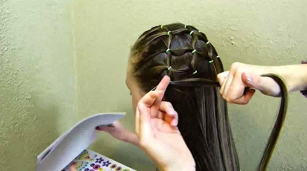 بالصور والفيديو : تسريحة شعر للبنات سهلة وجميلة