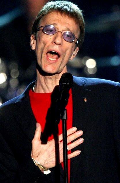 Foto de Robin Gibb cantando en concierto