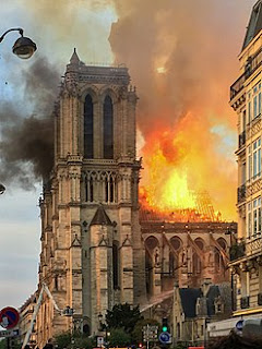 بالفيديو :شاهد ما تبقى من كاتدرائية نوتردام في باريس بعد الحريق المهول