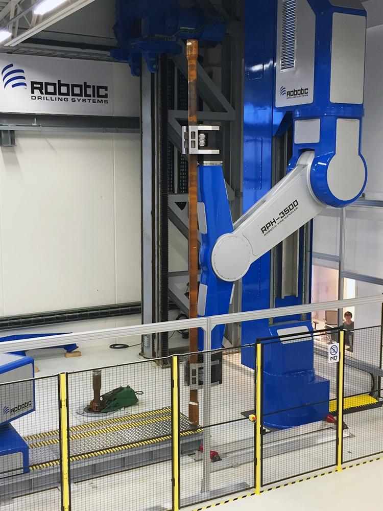 Robotic Pipe Handler RPH-3500, супер-силач с высокой точностью движений, каждая из 9 осей робота, может управлять позиционированием предметов весом до 3500 кг.
