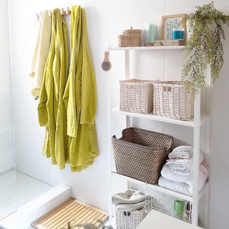 baño con estanterías metálicas