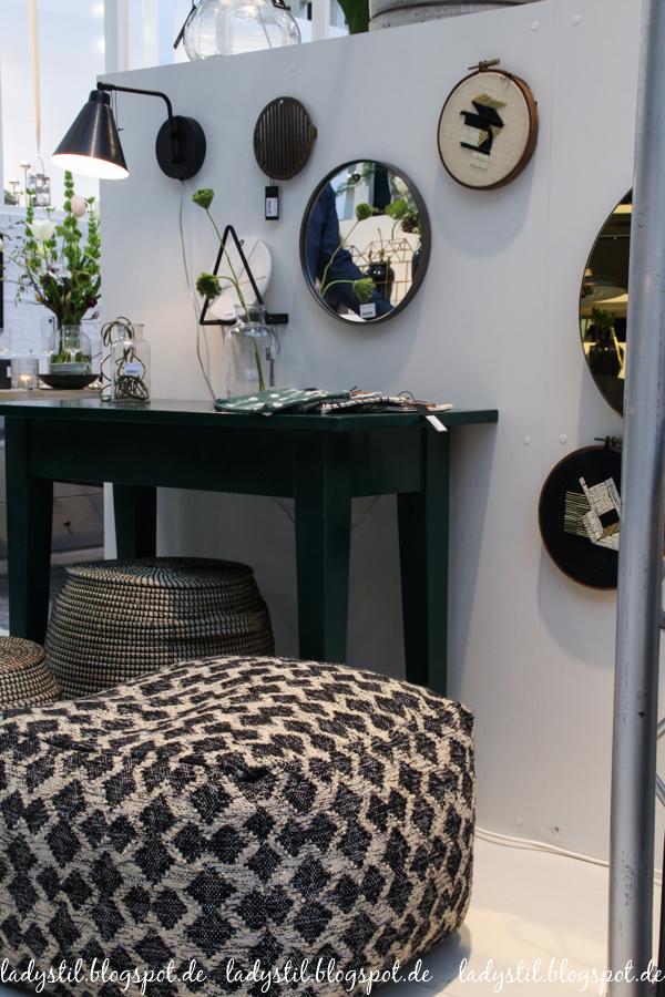 Ambiente 2017 House Doctor Dekorationsartikel, Wohnaccessoires,grafischer Pouf in schwarz weiß, Wandlampe und Beistelltisch in Schwarz