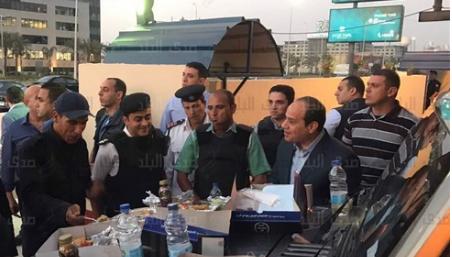 عبد الفتاح السيسي يتناول الإفطار مع ضباط فى التجمع الخامس