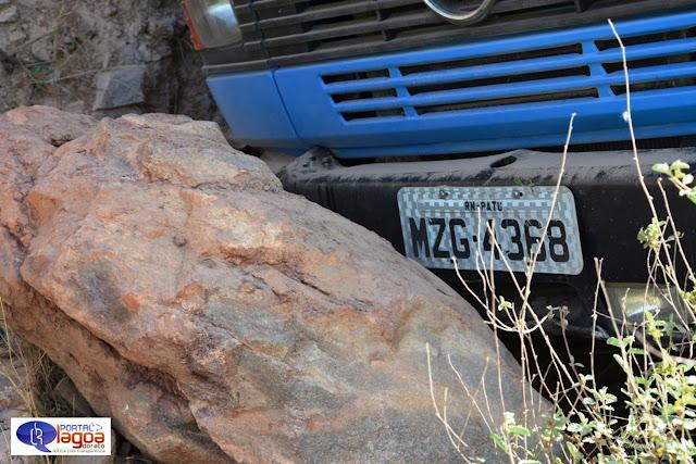 SUSTO! Carro falta freio e para em pedra