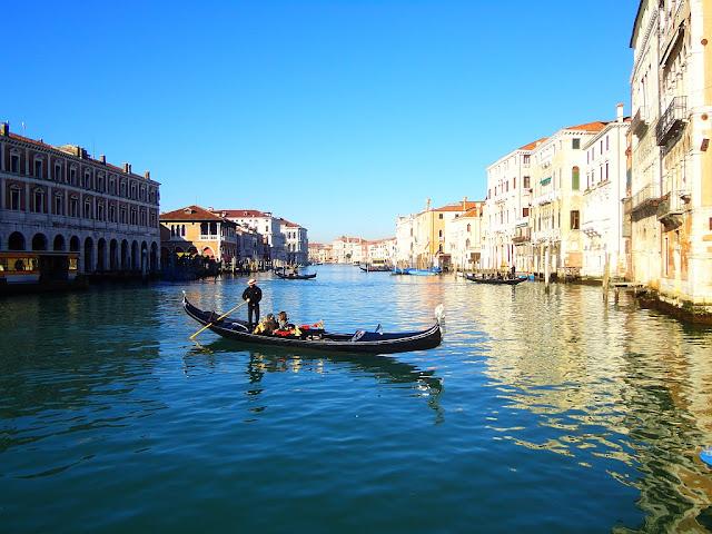 Výhled z Campiello del Remer směrem na rybí trh, Benátky