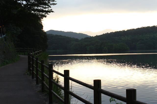 館内をご堪能していただいたらアンダ 別邸から程近い一碧湖を散策してみては如何でしょうか?一碧湖をぐるりと囲むお散歩コースは、自然の奏でる音以外聞こえない・・・日々の疲れを癒してくれる・・・そんな癒しのコースとなっております。