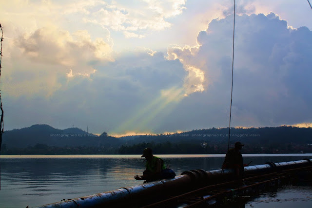 Siluet pemancing dengan latar belakang ROL.