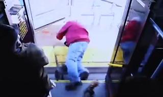 Απαράδεκτο: Γυναίκα έσπρωξε ηλικιωμένο από το λεωφορείο και τον σκότωσε - ΒΙΝΤΕΟ