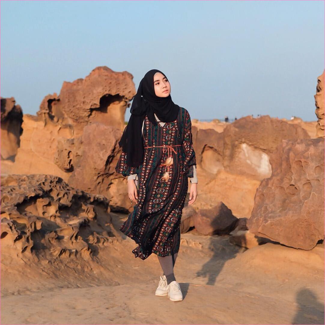 Outfit Kerudung Pashmina Ala Selebgram 2018 hijab pashmina sifon hitam baju tunic boho lengan terompet hijau tua mangset krem legging abu tua ciput rajut sneakers kets ootd trendy kekinian gurun pasir batu