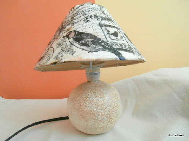 transferowe obrazki i napisy na kloszu lampki