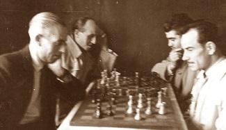 Manuel Ribera i Arnal jugando al ajedrez