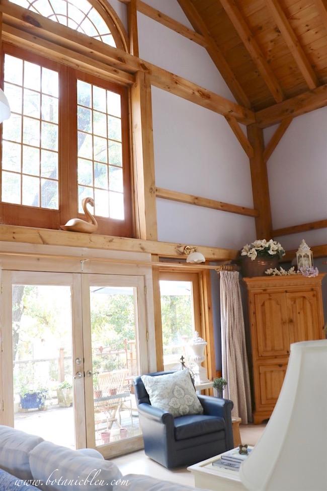 palladian-window-post-beam-house-fall-home-tour