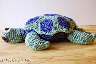 http://translate.google.es/translate?hl=es&sl=en&tl=es&u=http%3A%2F%2Fwww.whistleandivy.com%2F2013%2F05%2Fjoanns-cape-discovery-crochet-sea-turtle.html