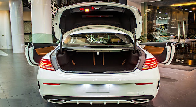 Cốp sau Mercedes AMG C43 4MATIC Coupe 2019 thiết kế rộng rãi với tính năng mở cốp bằng chân