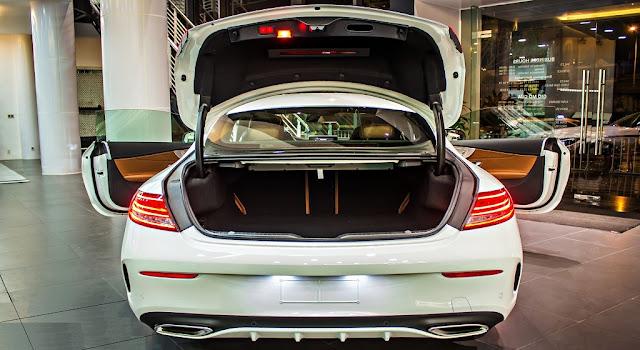 Cốp sau Mercedes C300 Coupe 2017 thiết kế rộng rãi với tính năng mở cốp bằng chân