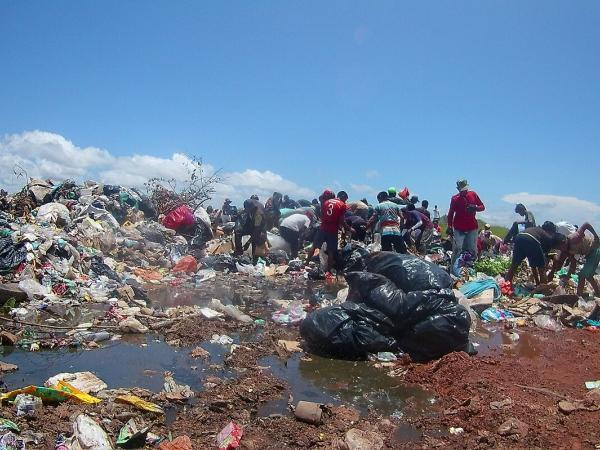 Resultado de imagen para La dura realidad de indígenas que comen del basurero de Puerto Carreño