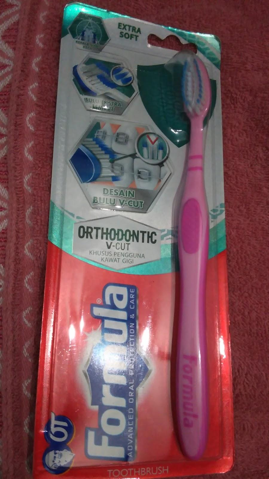 Bentuk sikat gigi khusus behel berbeda ya dengan sikat gigi biasa. Bulu  sikat ny berbentuk v di desain agar pas dengan bentuk bracket. 234ae87131