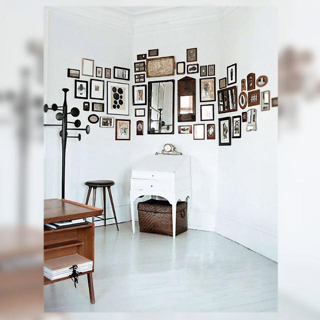 Un rincn decorado con cuadros y espejos Decoracin