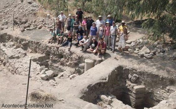 Grupo de investigadores en los restos de la ciudad de Betsaida.