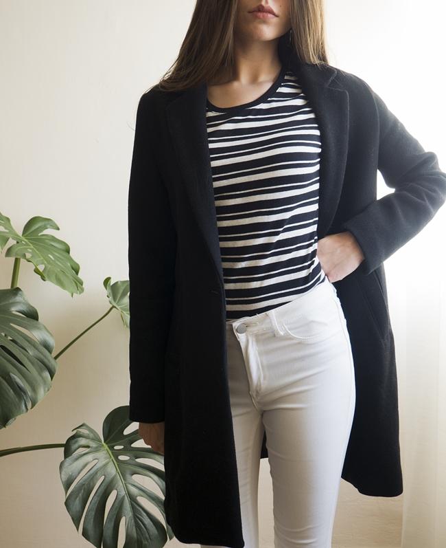 czarny płaszcz i biale spodnie