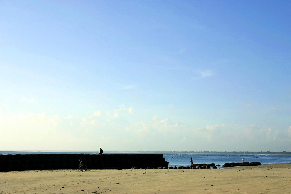 육지에서 바라 본 해변과 방파제