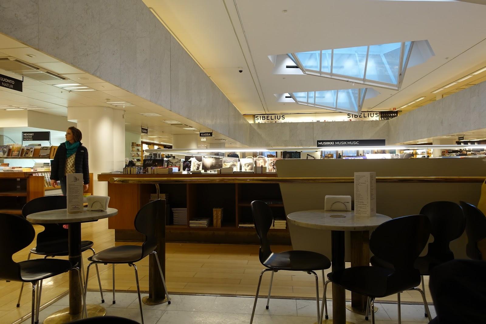 カフェ・アアルト(Cafe Aalto)から書店内を眺める