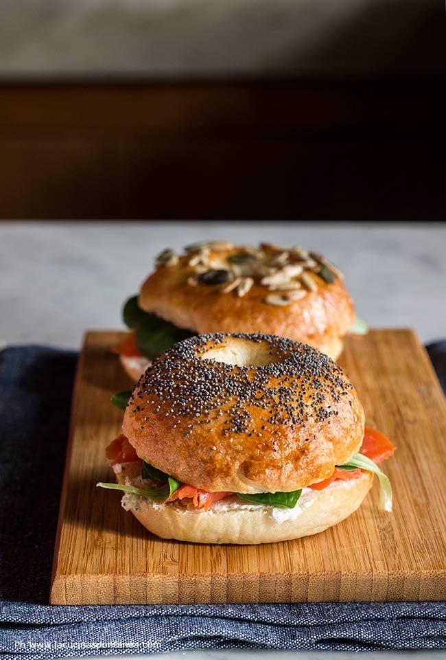 foto di bagel classici con formaggio cremoso e salmone