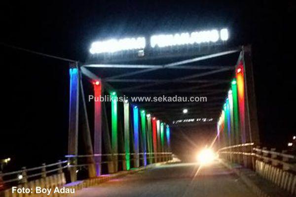 Warna warni Lampu Jembatan Penanjung II, Menarik Perhatian Masyarakat Sekadau
