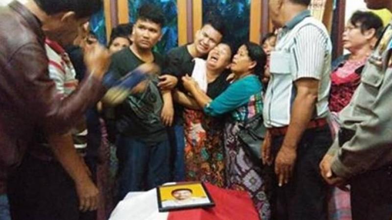 Anak dan istri Iptu Martua Sigalingging menangis di rumah duka