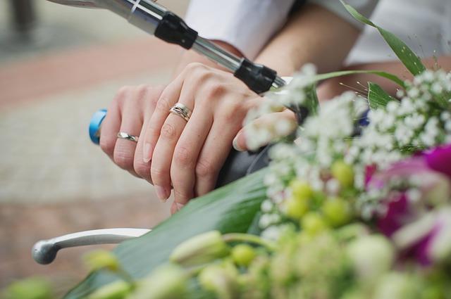 semangat bekerja untuk menikah dini.