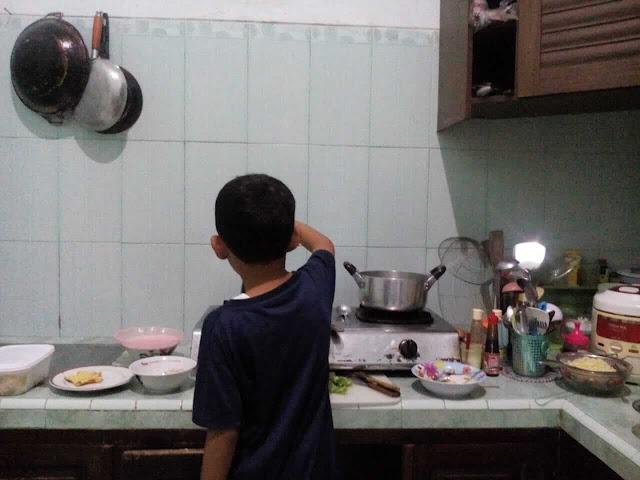 anak memasak di dapur