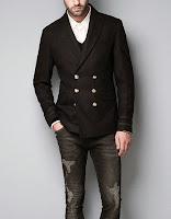 Altı düğmeli siyah kruvaze ceket içine beyaz gömlek ve siyah kot giymiş bir erkek